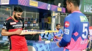 Virat Kohli Signs Riyan Parag's Bat, RCB Skipper's MS Dhoni-Like Gesture Goes Viral After Bangalore Beat Rajasthan in IPL 2021 | SEE PIC